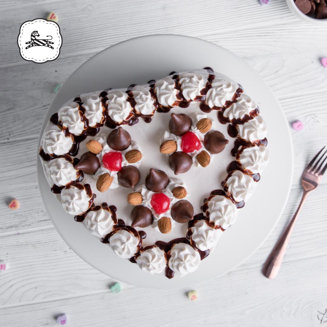 Suqiée Repostería - Día de San Valentín - 14 de Febrero - Pastel de Corazón de Kisses con Almendras